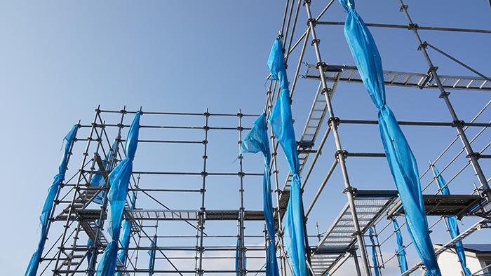 青い布のかかっている足場