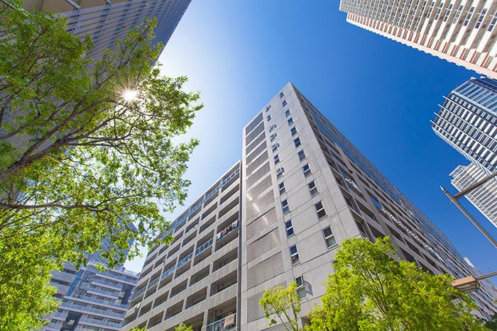 下から見上げた高層ビルと青空