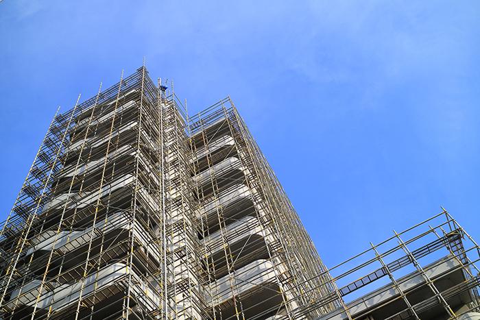 足場の組まれた高層ビル