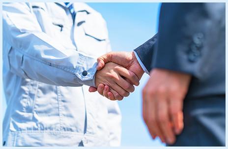 握手を交わす男性